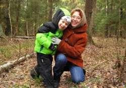 Anya kisfiával az erdőben